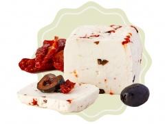 Kozí sýr přírodní se sušenými rajčaty a černými olivami